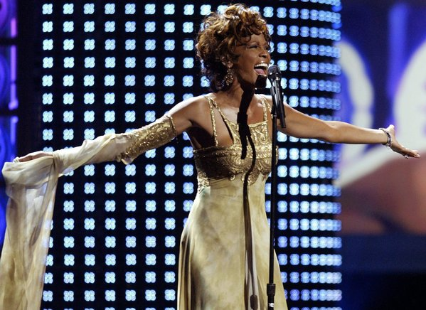 Fotografía de archivo fechada el 15 de septiembre de 2004 en la que aparece la cantante estadounidense Whitney Houston mientras  se presenta en la ceremonia de los World Music Awards en Las Vegas, Nevada. EFE / END