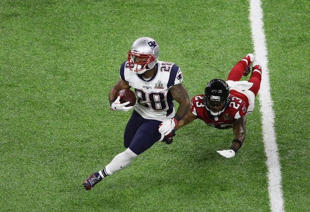 James White # 28 de los Patriotas de Nueva Inglaterra evade un tackle de Robert Alford # 23 de los Atlanta Falcons durante el Super Bowl 51 en el Estadio NRG en Houston, Texas.