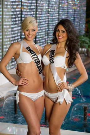 Miss Suiza 2013, Dominique Rinderknecht, y Miss Grecia 2013, Anastasia Sidiropoulou. AFP / END