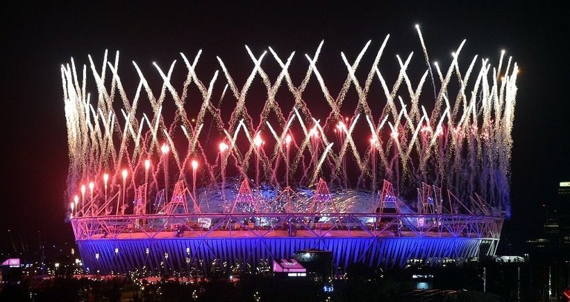 Corona de fuegos artificiales sobre el estadio en Stratford. Londres. END / AFP