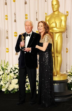 La actriz Melissa Leo posa junto al actor Christopher Plummer, ganador del premio al Mejor Actor Secundario por 'Beginners'. AFP / END