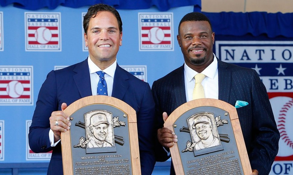 Mike Piazza y Ken Griffey Jr., con sus placas.