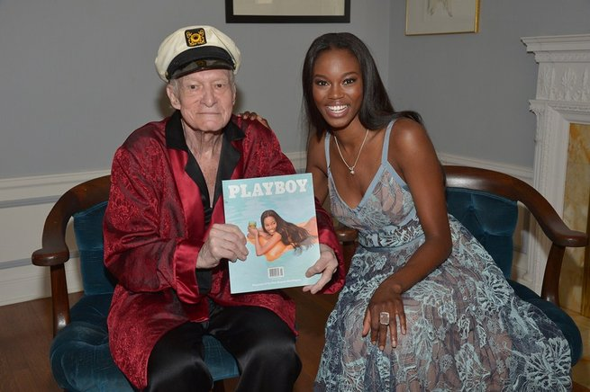 Eugena Washington posa con el fundador de la revista, Hugh Hefner.