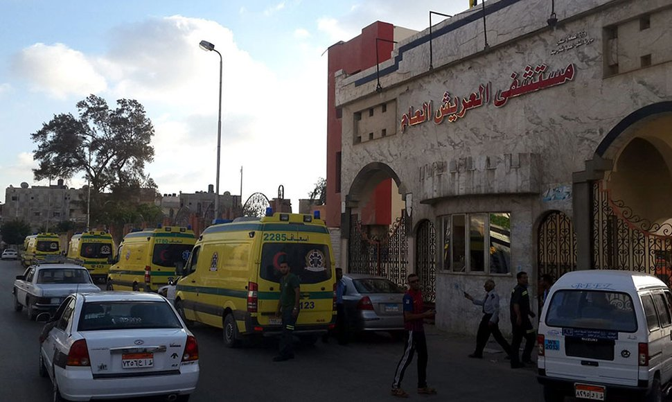Varias ambulancias trasladaron a los heridos al hospital de Al Arish.