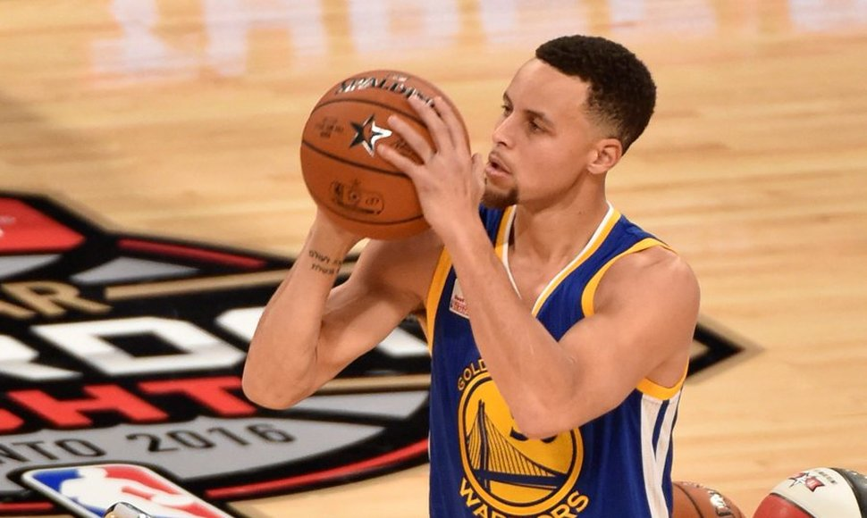 Stephen Curry, una fiera de los Warriors en la duela.