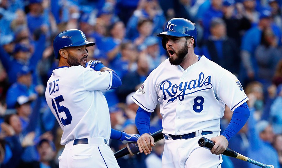 Mike Moustakas celebra con Alex Ríos.
