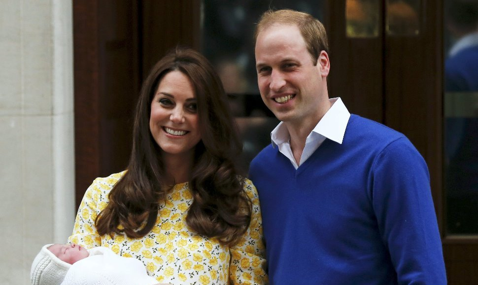 Kate Middleton y el príncipe William, con su bebé.