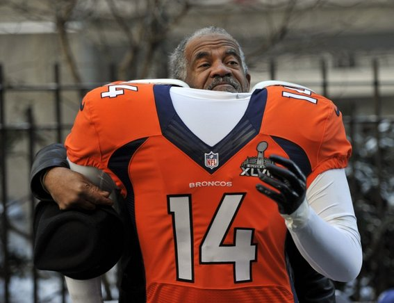 Un fan posa con una camiseta de los Broncos de Denver. AFP / END