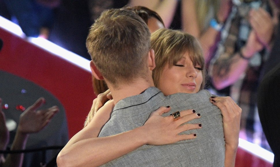 Calvin Harris abraza a Taylor Swift.