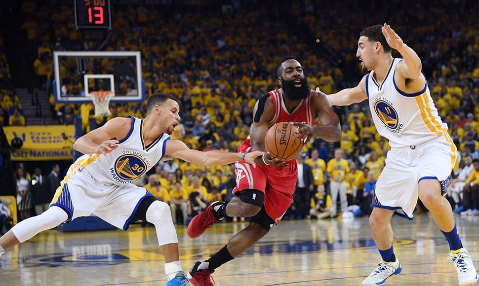 James Harde de los Rockets de Houston trata de escaper de la defense de Stephen Curry y Klay Thompson de los Golden State Warrior.