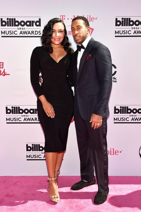 El conductor de los Billboard Music Awards, Ludacris, junto a Eudoxie Mbouguiengue