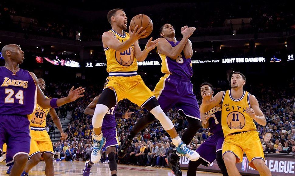 Stephen Curry y los Warriors le dieron una paliza a los Lakers.