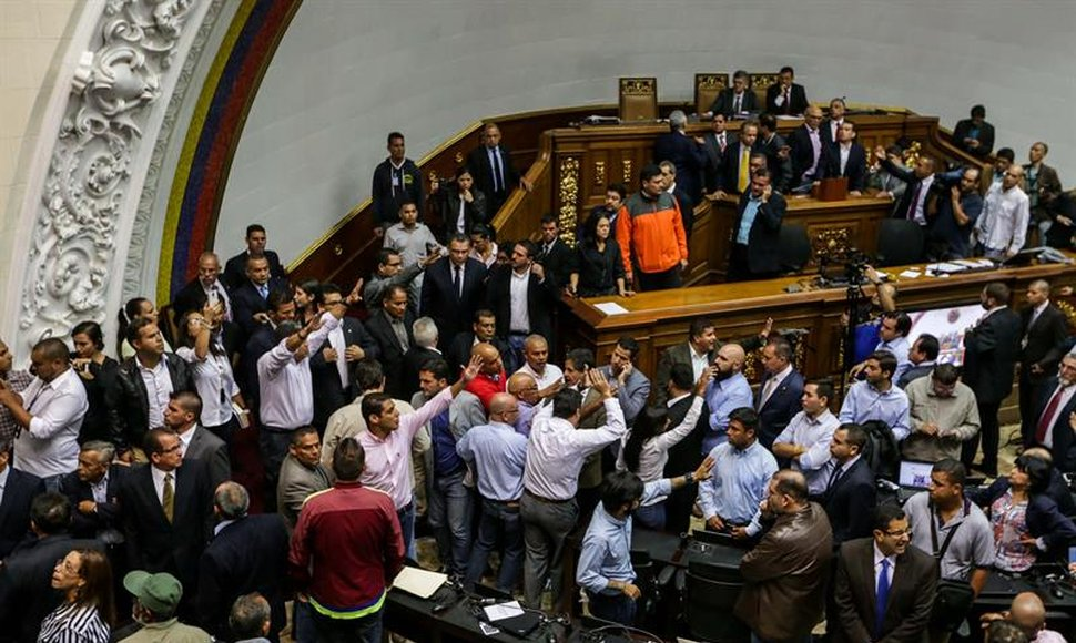 Una turba de chavistas intentan entrar al palacio federal legislativo.