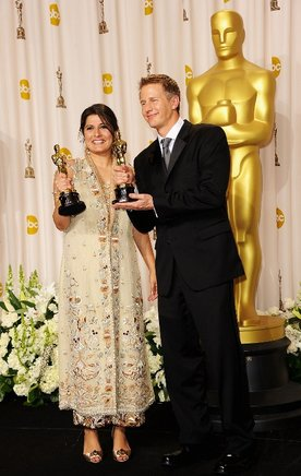 Los cineastas Daniel Junge y Sharmeen Obaid-Chinoy, ganadores del Premio al Mejor Cortometraje Documental por 'Saving Face'. AFP / END