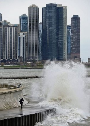 Fuerte oleaje en el dique del Lago Michigan en Chicago, Illinois (EU). END/EFE/TANNEN MAURY