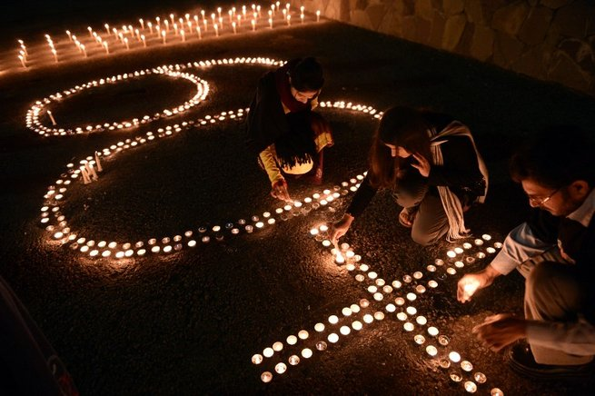 Activistas de World Wide Fund (WWF) encienden velas en Islamabad. AFP / END