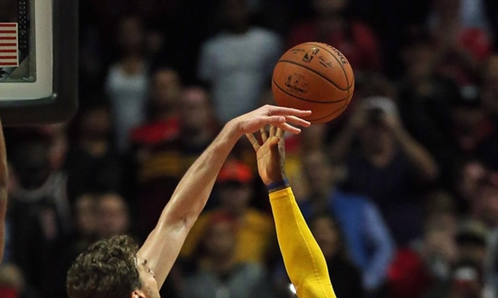 PAU GASOL INTERCEPTANDO A JAMES.