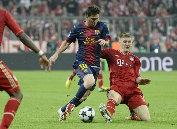 Bastian Schweinsteiger intenta quitar el balón a Lionel Messi. AFP / END