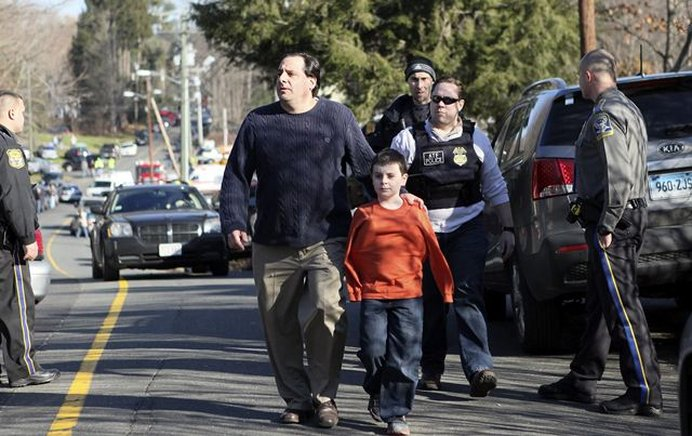 Un padre y su hijo salen de la escuela Sandy Hook en Newtown, Connecticut, EU. EFE / END