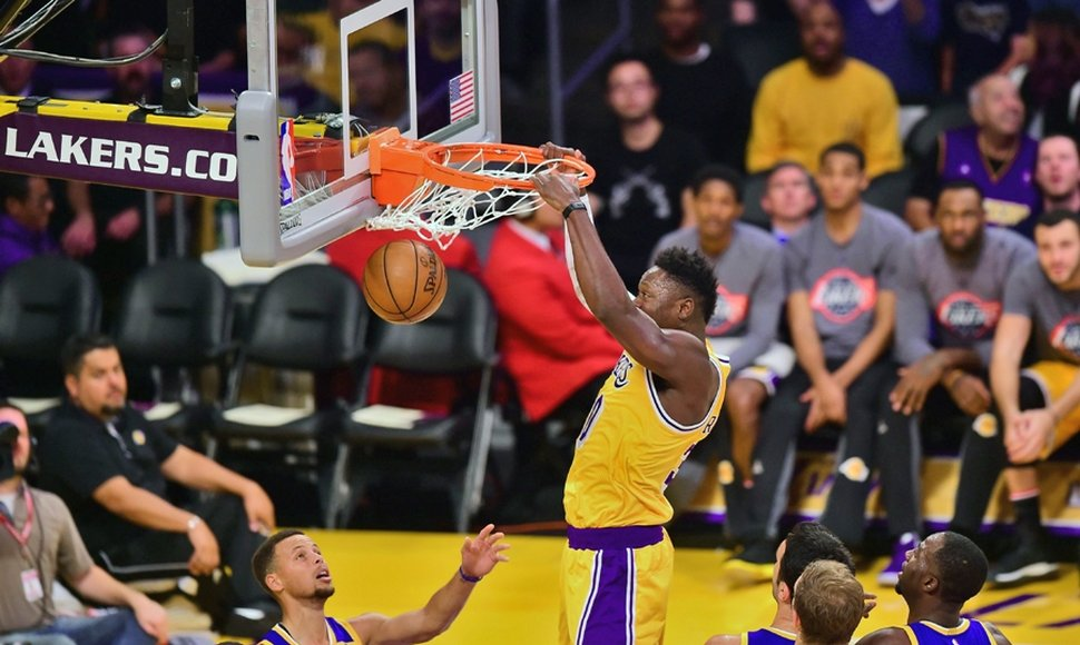 Julius Randle lideró a los Lakers con 20 puntos.