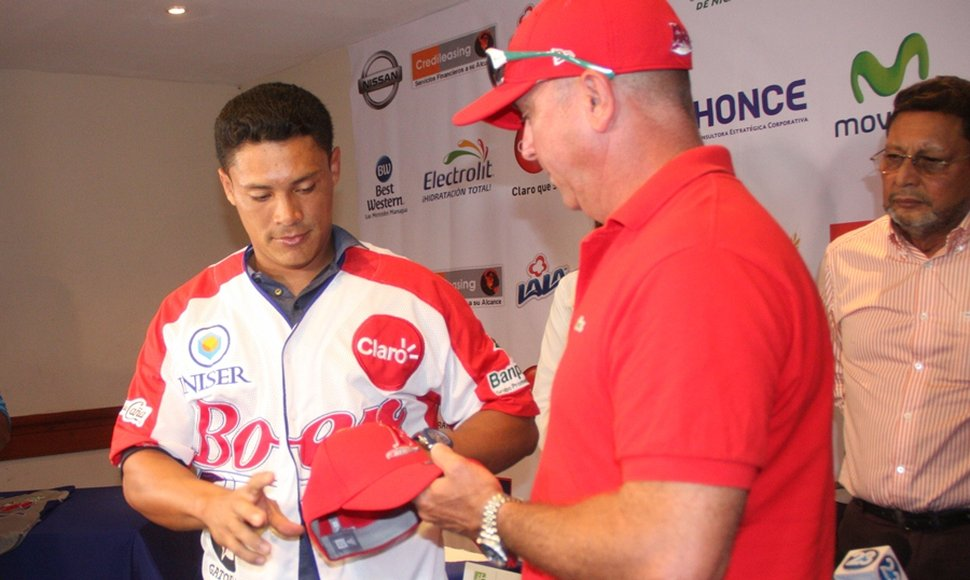 Everth Cabrera recibiendo el uniforme del manager Juan Padilla.