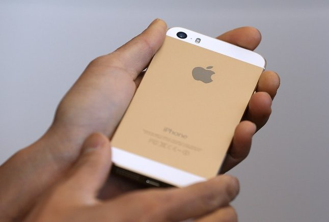 El iPhone 5S estará disponible en dorado, plateado y gris. AFP / END