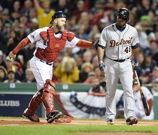 El receptor de Boston, David Ross (i) pone fuera a Torii Hunter de los Tigres de Detroit. EFE / END