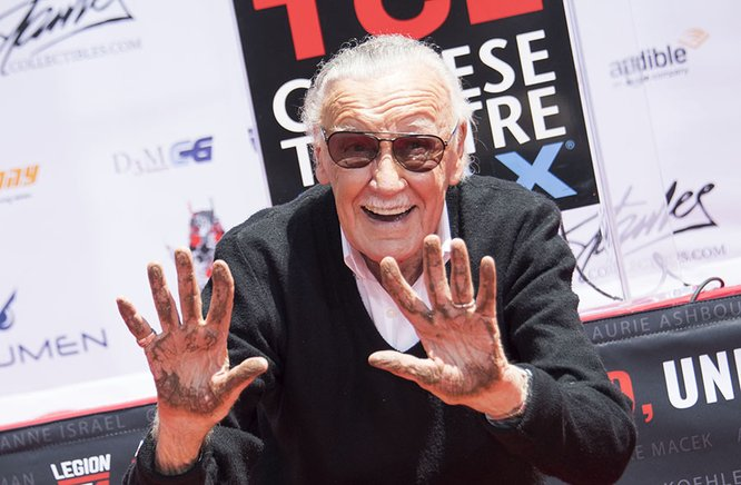 Stan Lee, tras plasmar sus manos en Hollywood.