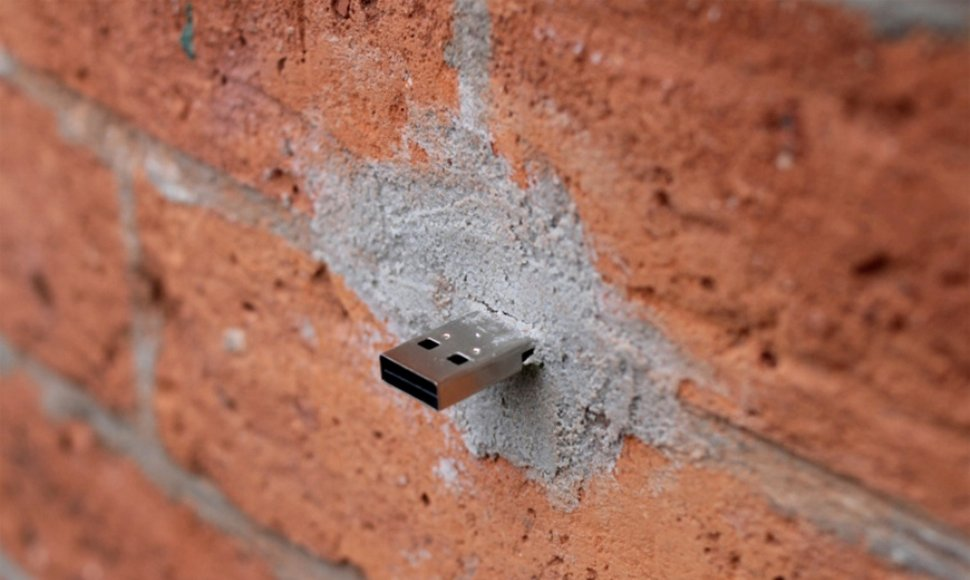 Una memoria USB en una pared.