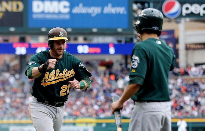 Stephen Vogt, de los Atléticos de Oakland, regresa al dugout tras anotar contra los Tigres de Detroit. Leon Halip / Getty Images / AFP / END