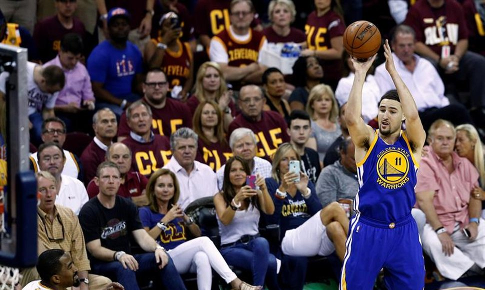 Klay Thompson dispara de larga distancia.