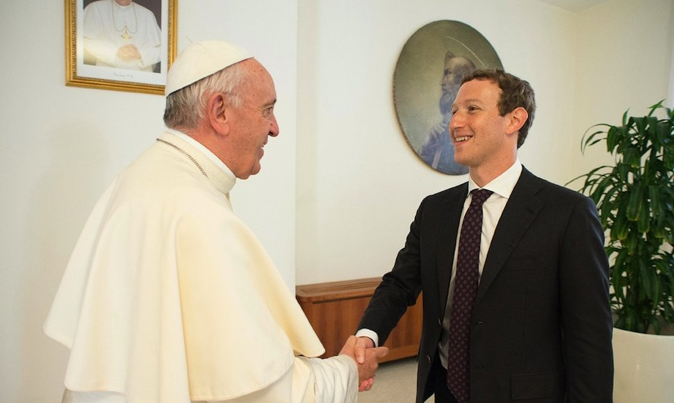 El papa Francisco saluda a Mark Zuckerberg.