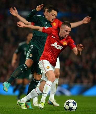 Mesut Ozil y Tom Cleverley se disputan un balón. AFP / END