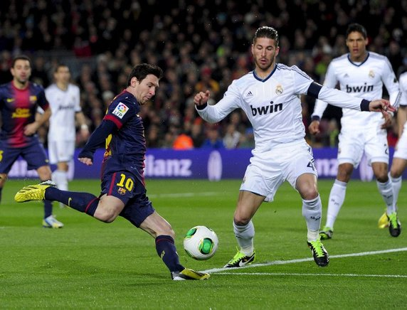 Messi intenta con un disparo ante Sergio Ramos. AFP / END