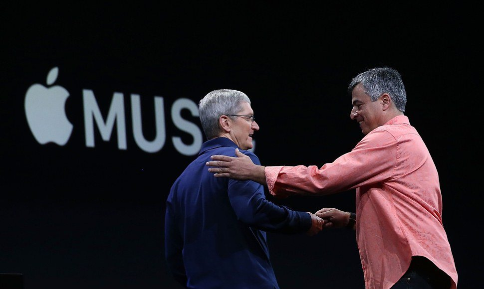 Tim Cook (i), consejero delegado de Apple.
