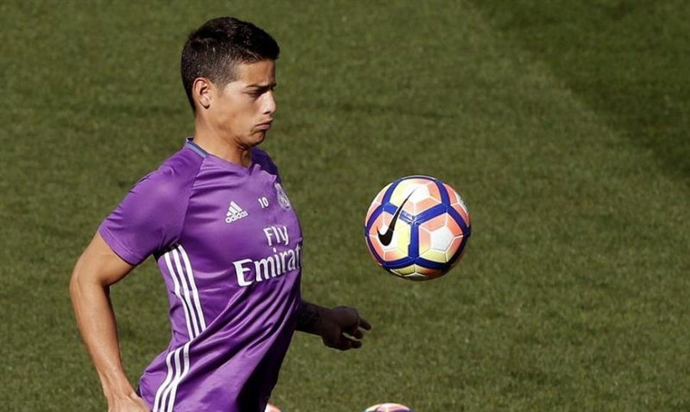 James Rodríguez entrenando con la camiseta del Real Madrid.