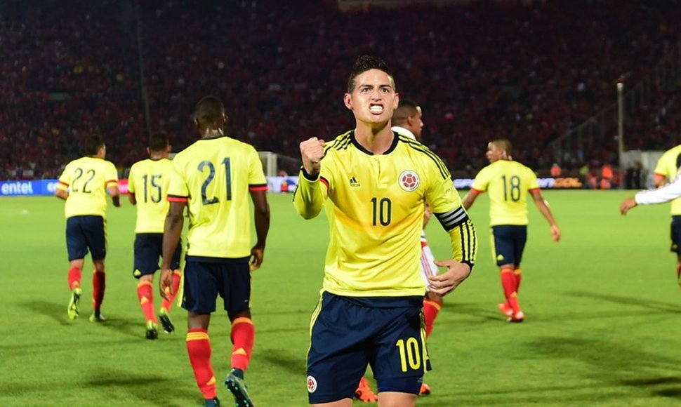 James Rodríguez celebra después de anotar contra Chile.