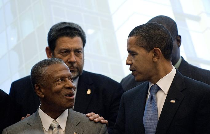 Obama conversa con el Secretario General de Caricom, Edwin Carrington. AFP