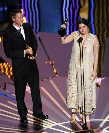Los cineastas Daniel Junge y Sarmeen Obaid-Chinoy, ganadores del Premio Corto Documental por 'Saving Face'. AFP / END