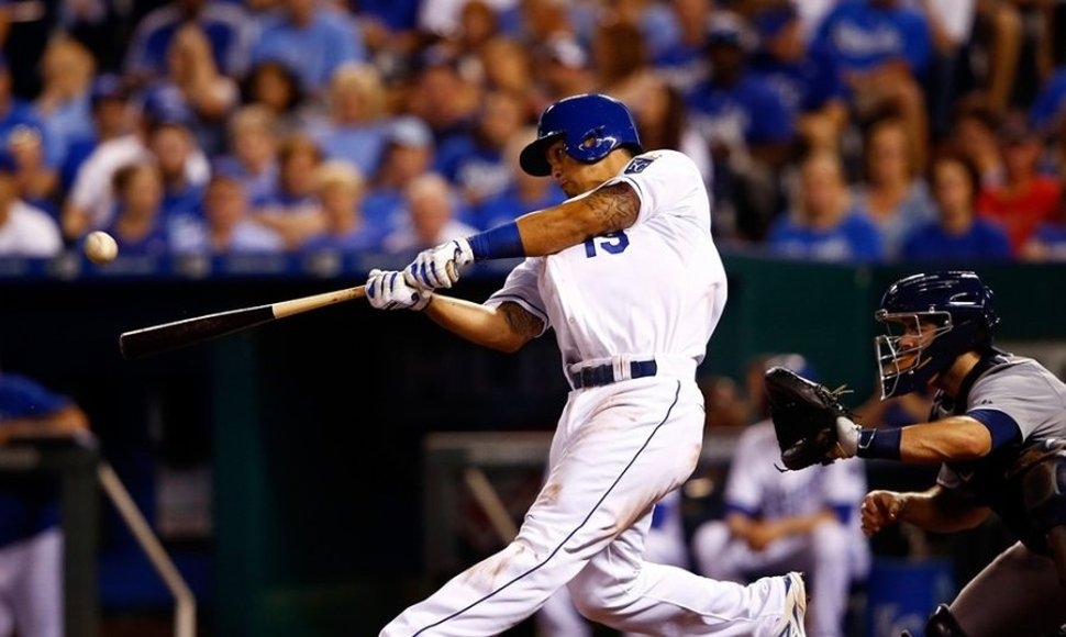 Cheslor Cuthbert bateando para los Kansas City.