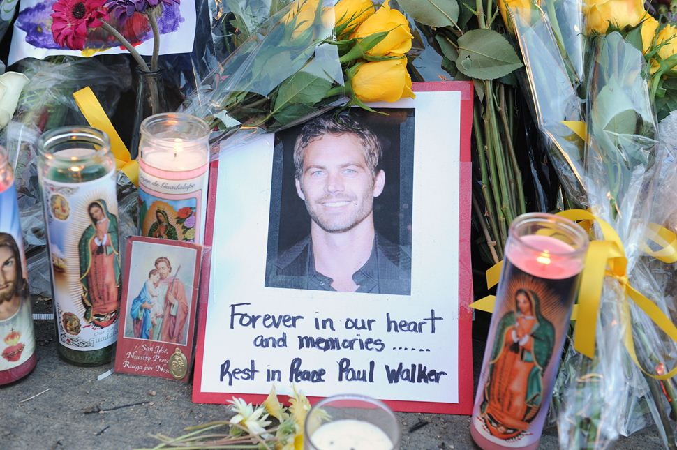 Flores y velas en el lugar del accidente de Paul Walker.