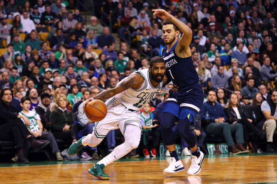 Kyrie Irving de los Celtics de Boston se enfrenta a Tyus Jones de Minnesota Timberwolves. Foto: AFP/END