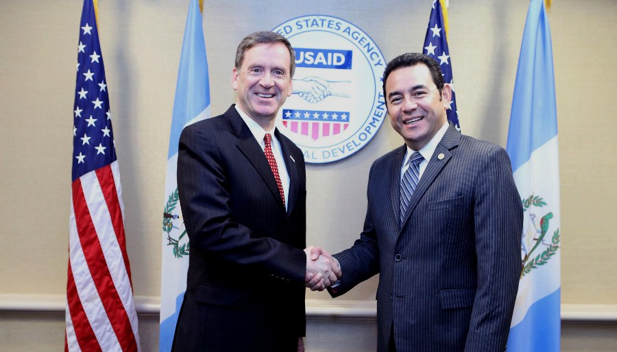 El director de la Agencia de Desarrollo Internacional (USAID), Mark Green (i), quien saluda al presidente de Guatemala, Jimmy Morales (d), en Washington.