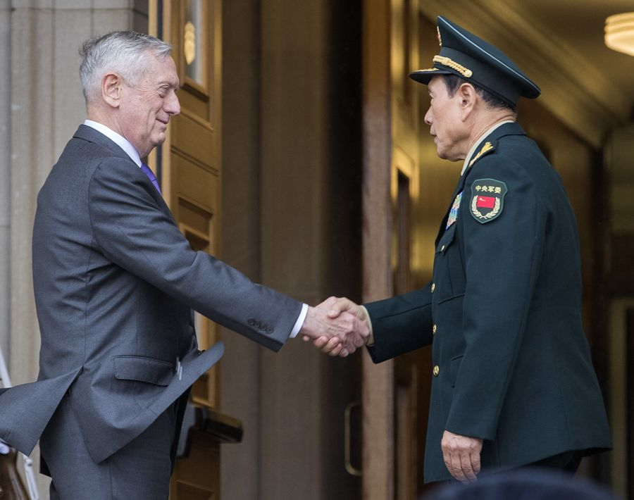 El secretario de Defensa estadounidense, James Mattis, recibe a su homólogo chino, Wei Fenghe. EFE/END.
