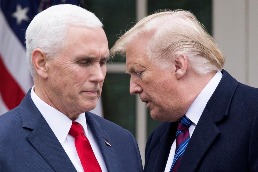 El presidente estadounidense, Donald Trump (d) y el vicepresidente de Estados Unidos, Mike Pence (i). EFE/END