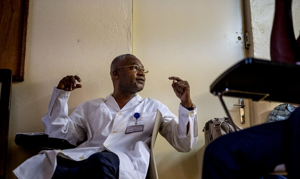 Jean Chrysostome Gody, de 60 años, tiene 16 años como director del hospital pediátrico en Bangui. (Ashley Gilbertson para The New York Times)
