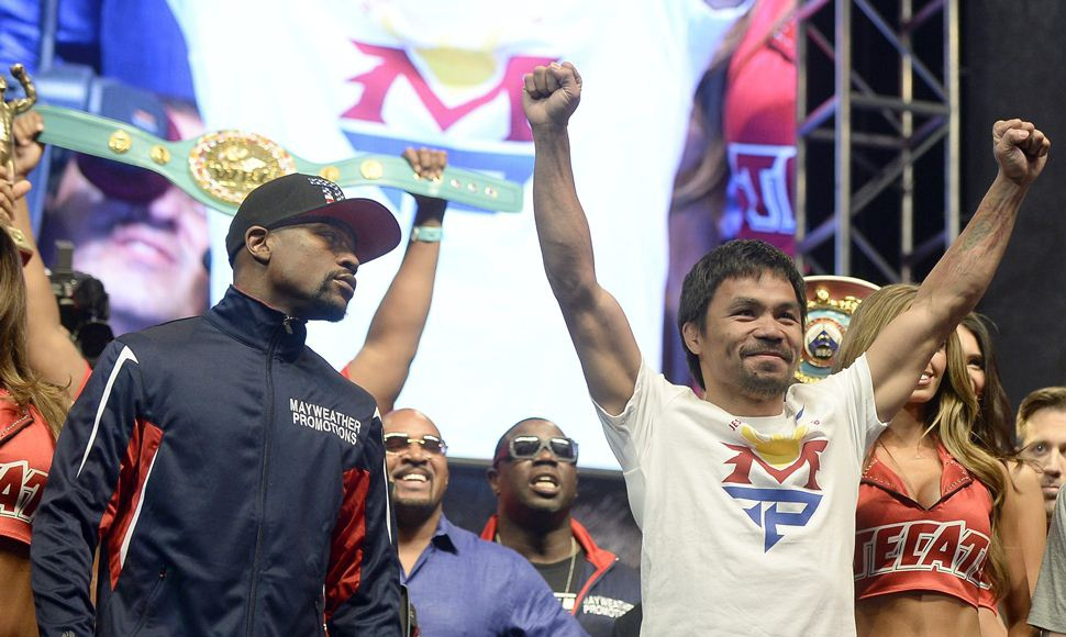 Floyd Mayweather Jr. observa a Manny Pacquiao.