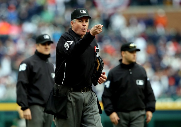 El umpire Gary Darling lanza una advertencia a los casetas de ambos equipos, a raíz de un incidente entre jugadores en la novena entrada. Leon Halip / Getty Images / AFP / END