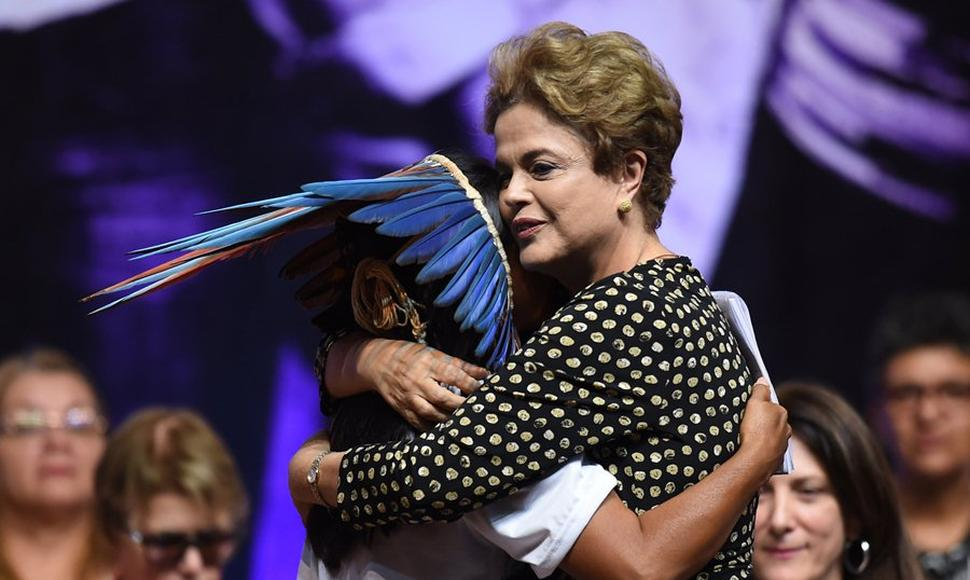 Dilma Rousseff abraza a una mujer indígena.