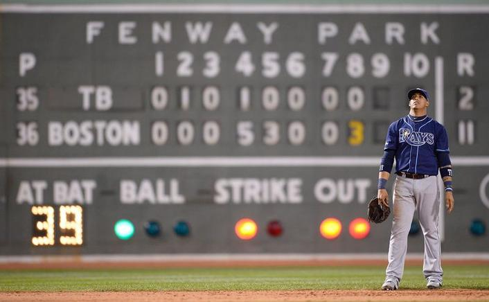 El rostro del campo corto de Tampa, Yunel Escobar parece reflejar el marcador adverso que marcaba la pizarra del Fenway Park en el octavo episodio, bateaba Boston y el 11-2 ya era irreversible. EFE / EPA / CJ GUNTHER / END